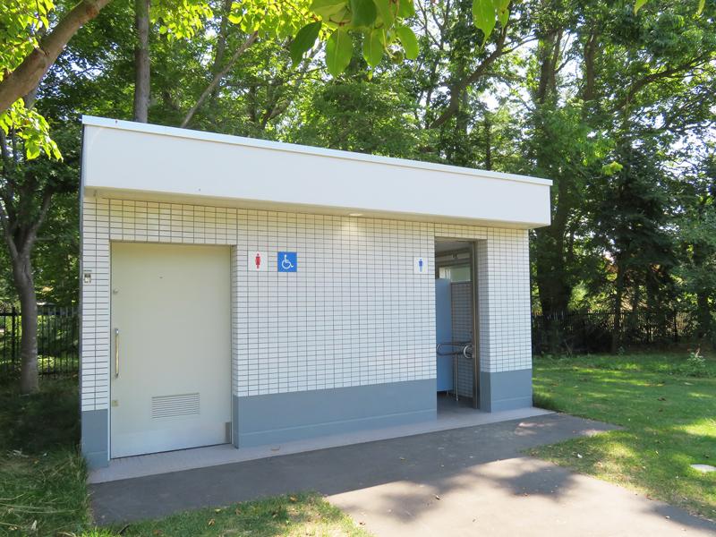 世界の庭園脇にあるバリアフリートイレの写真