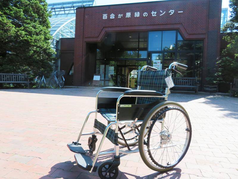 温室前にある車椅子の写真