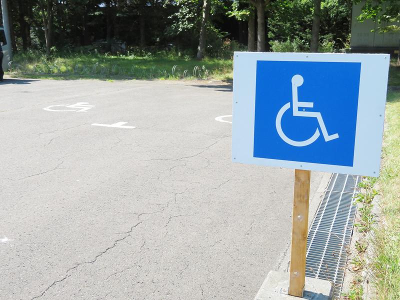 車イス専用駐車場の写真