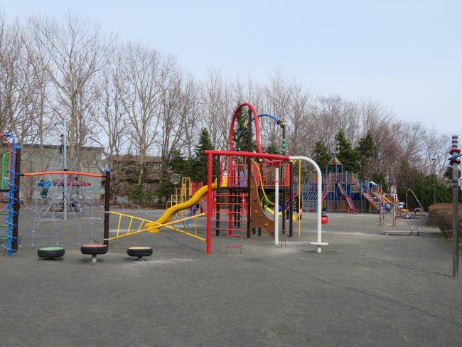 百合が原公園遊具広場、一部開放しています